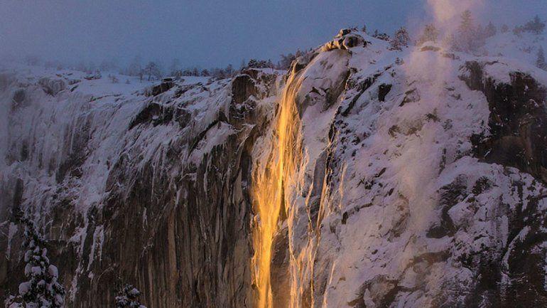 El fenómeno de la Cascada de Fuego que enloquece a miles de turistas cada año