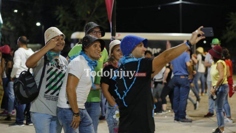 Una multitud vibra con el Carnaval de Los Tekis