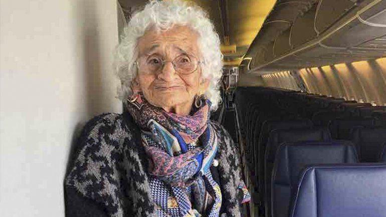 Voló en avión por primera vez a los 106 años para ver a su hijo pero cuándo llegó él había fallecido