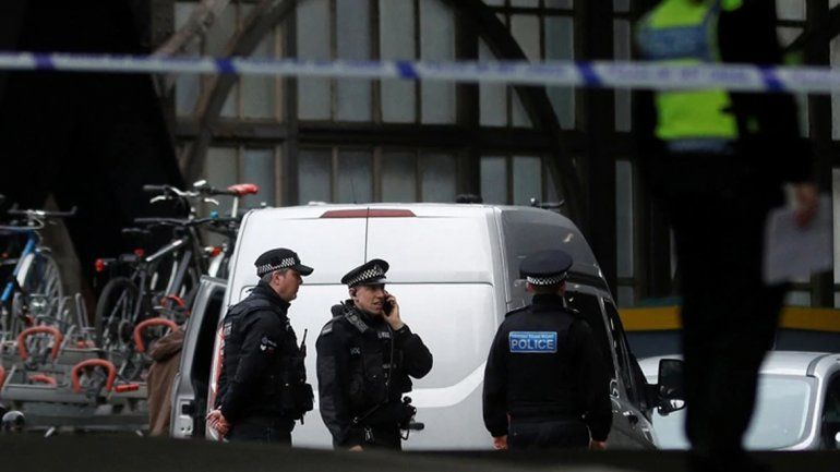 Alerta terrorista en Londres: encontraron pequeños artefactos explosivos en una estación de metro y en dos aeropuertos