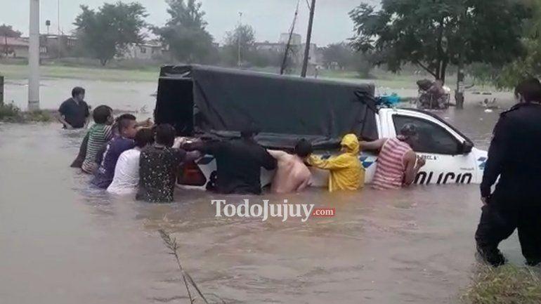 Un patrullero quedó varado por la intensa lluvia pero los vecinos ayudaron a los policías