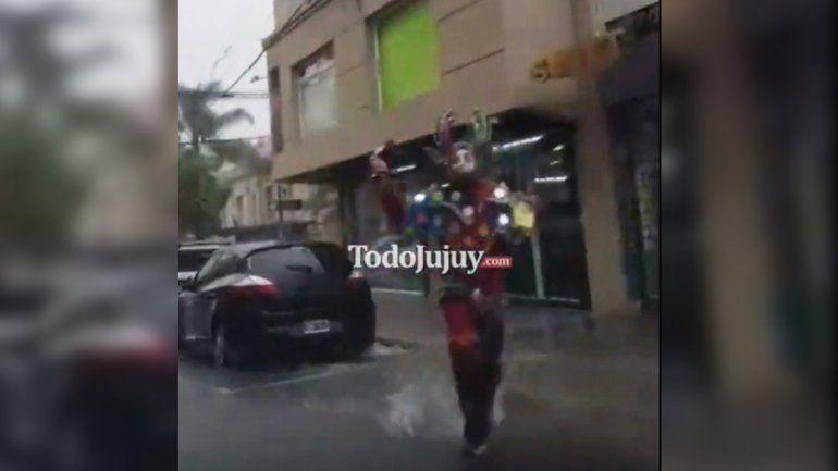 La perlita de la lluvia: a este diablo carnavalero no lo detiene ni una tormenta
