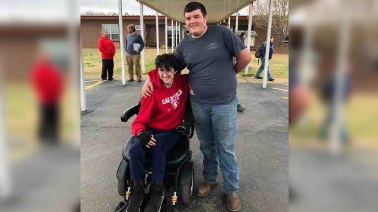 Ahorró 2 años para comprar una silla de ruedas eléctrica a su amigo