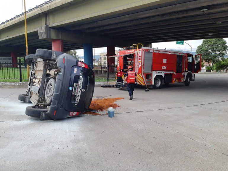 Un auto perdió el control en la rotonda de la cancha de Gimnasia y volcó