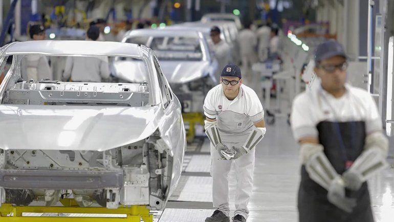 En enero la industria cayó 10,8% y la construcción 15,7%