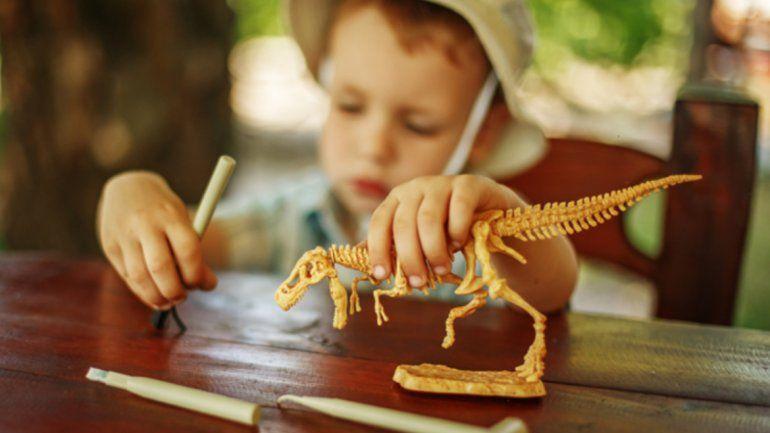 Comprueban que los niños que juegan con dinosaurios van a ser muy inteligentes