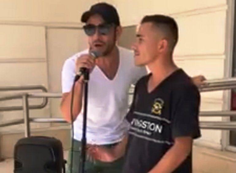 Luciano Pereyra paró su camioneta y bajó a cantar con un artista callejero