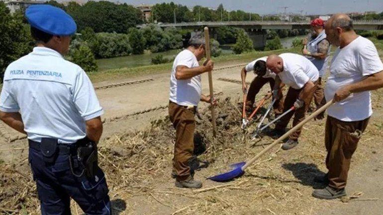 Presos asfaltan las rutas y limpian las calles en Italia