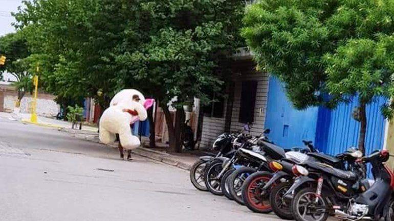 Un gran oso de peluche recorrió las calles de San Pedro y llamó la atención