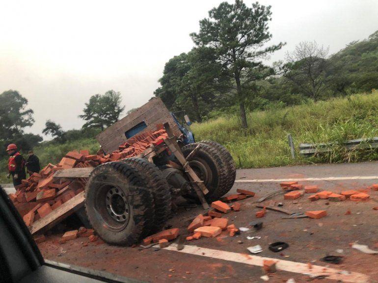 Un auto y un camión chocaron en Ruta 9
