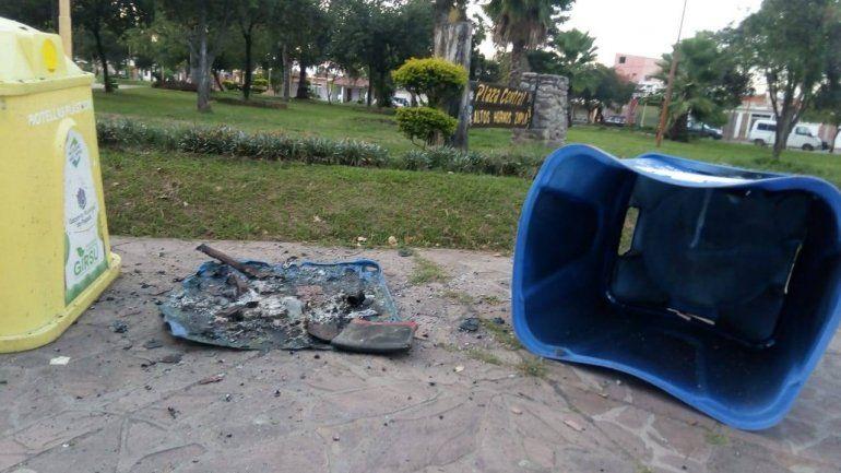 Vandalismo en Palpalá: delincuentes incendiaron un contenedor de residuos en una plaza