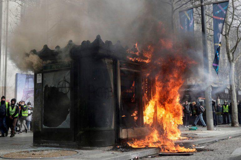 París bajo fuego: disturbios y saqueos en la marcha de los chalecos amarillos