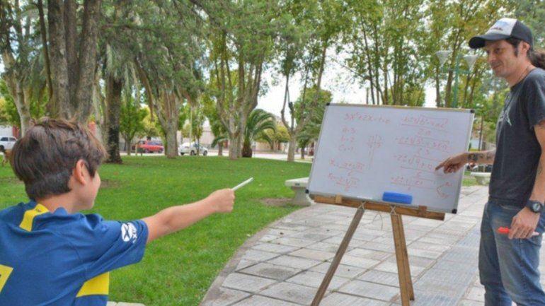 Enseña matemática en una plaza de San Luis para los que no pueden pagar clases particulares