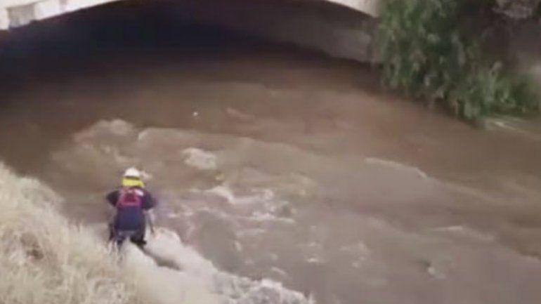 Una mujer fue arrastrada por el agua de un canal en Libertador y desapareció