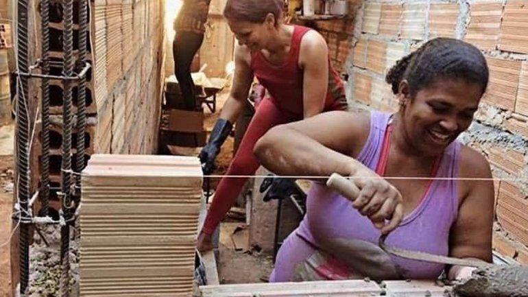 En Brasil una arquitecta enseña a mujeres humildes a construir sus propias casas
