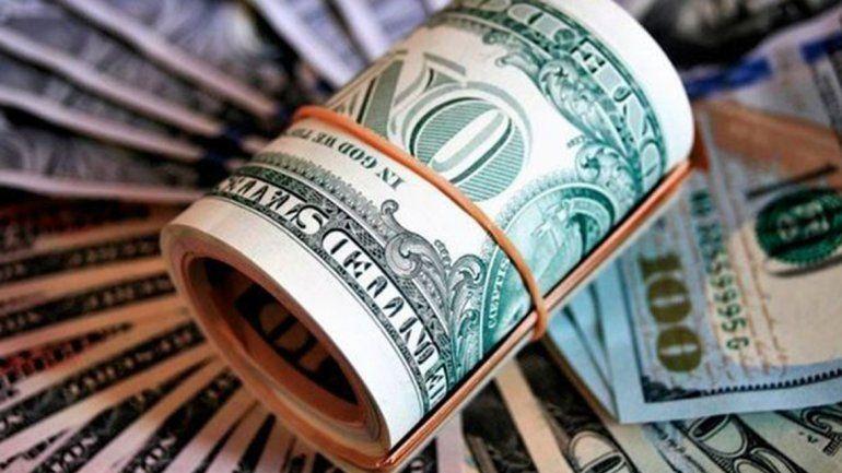 El dólar vuelve a pasar los $44 y el riesgo país supera los 900 puntos