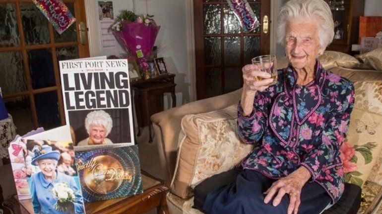 Una mujer de 112 años dice que tomar whisky es el secreto de su larga vida