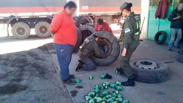Un hombre que llevaba 170 kilos de hojas de coca en neumáticos fue capturado en Salta