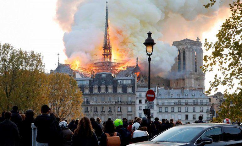 Arde la catedral de Notre Dame en París y se desplomó la aguja de la torre principal