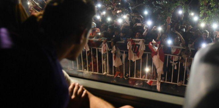 Caos en Salta: Una multitud recibió al plantel de River y cinco hinchas terminaron hospitalizados
