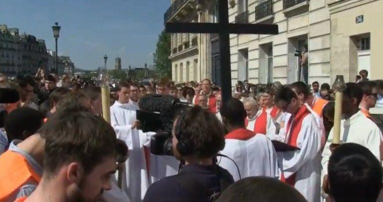 Tristeza y devoción en el Vía Crucis alrededor de Notre Dame