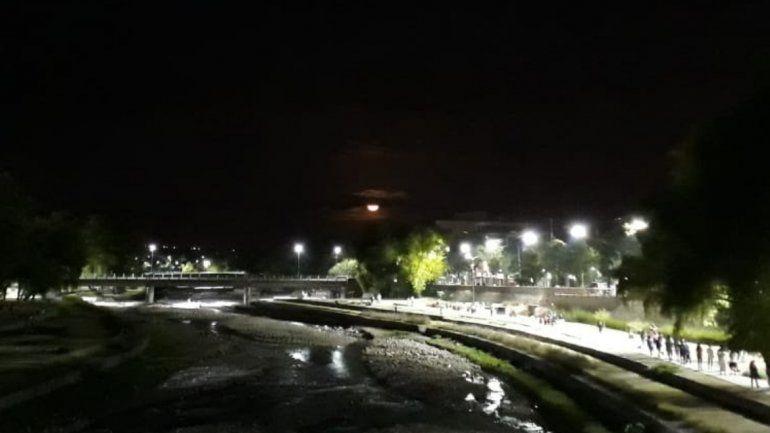 La luna rosa iluminó la noche en San Salvador de Jujuy