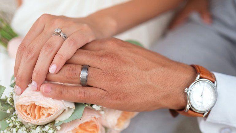 El anillo de compromiso de la fidelidad lleva GPS para que tu pareja sepa cuándo te lo quitaste