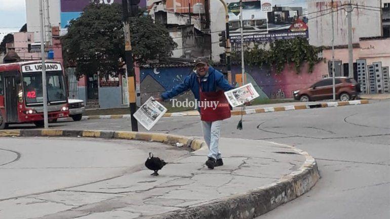 Un canillita y su pato causan sensación en las calles jujeñas durante el Día del Animal