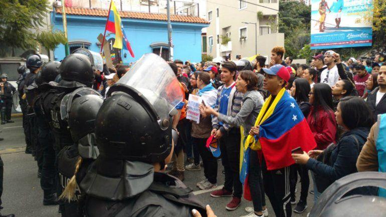Tensión e incidentes frente a la embajada de Venezuela en Buenos Aires