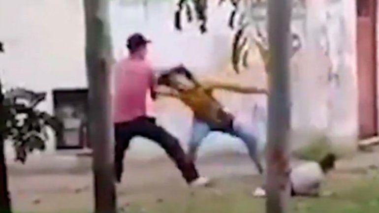 Indignante: un hombre golpeó a su pareja mientras caminaba con su propia hija