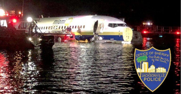 Avión que se salió de pista y cayó al río. Foto: AFP.
