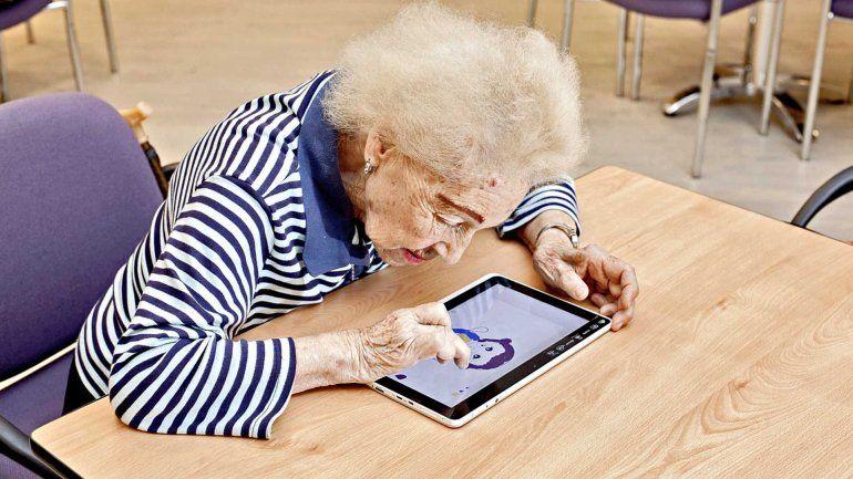 Inscriben a adultos mayores para recibir tablets de manera gratuita