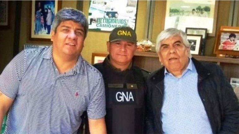 El gendarme cholulo: se sacó una foto con los Moyano y lo pasaron a disponibilidad