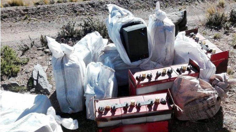 Treinta baterías contaminaban parte de un cerro del Parque Los Cardones