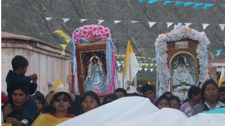 Una multitud participa del encuentro entre la Virgen de Tumbaya y la de Tilcara