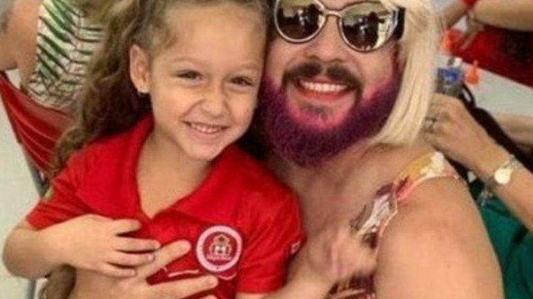Un padre viudo se vistió como madre para acompañar a su hija al colegio