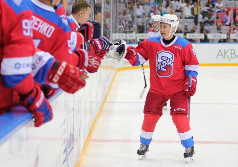 Mirá la tremenda caída de Putín mientras jugaba al hockey sobre hielo