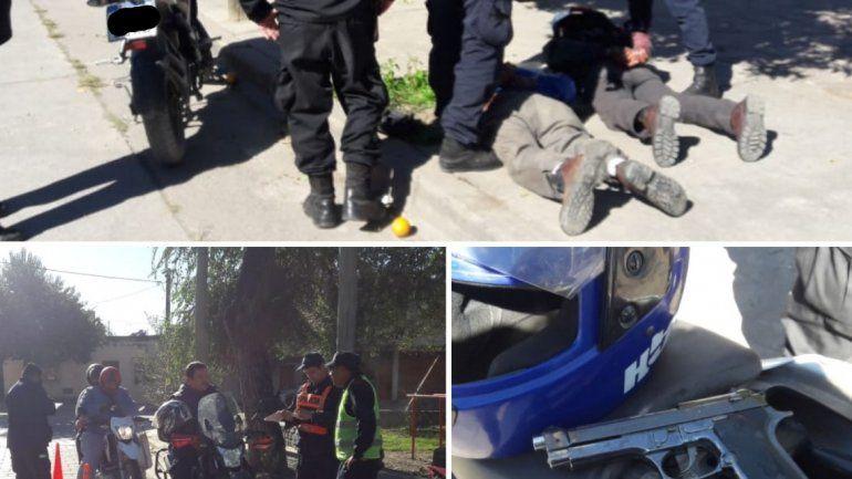 Intentaron evadir un control y fueron detenidos: tenían una réplica de una pistola