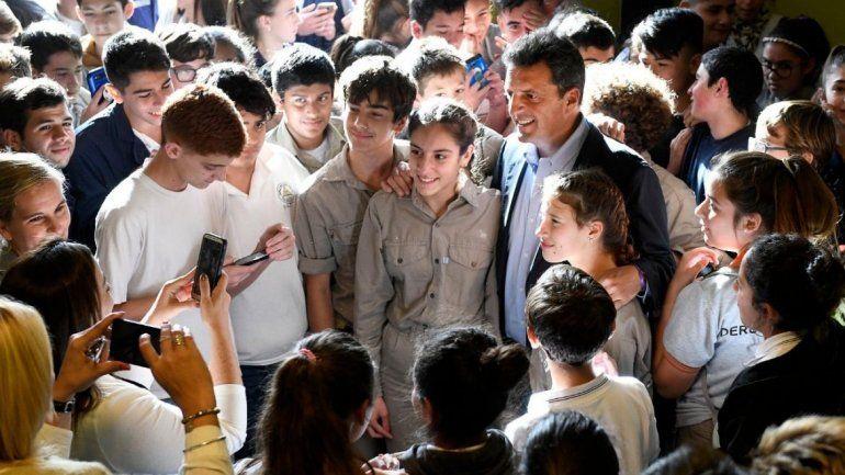 Massa visitó una escuela técnica y criticó los recortes del gobierno a la ciencia y la educación
