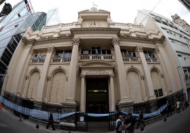 La recaudación creció un 52,1% en junio y el Banco Central mantendrá la banda cambiaria hasta fin de año