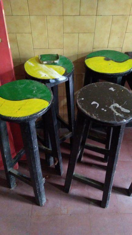 Detuvieron a dos personas por robarse banquetas y puertas de un bar