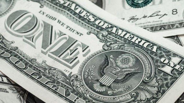 El dólar se mantiene en calma y baja el riesgo país