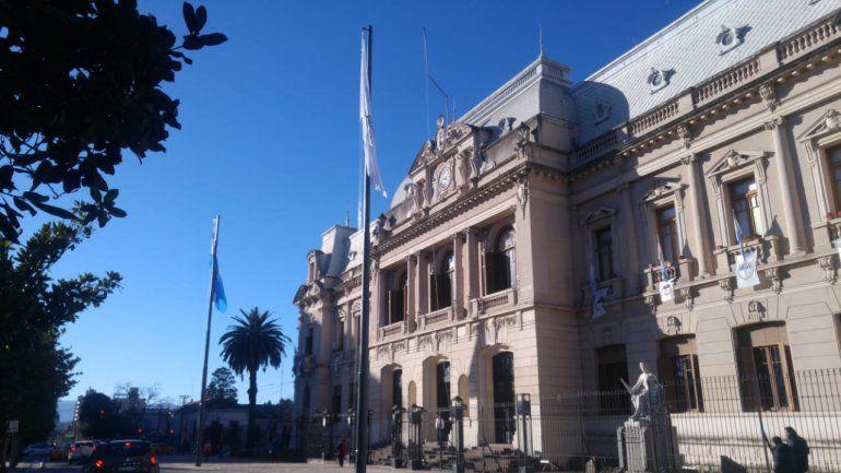 Las banderas Argentina y de la Libertad Civil flamean en Casa de Gobierno