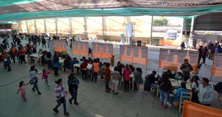 Largas filas para retirar la tarjeta PlaSoNuP en la Vieja Estación