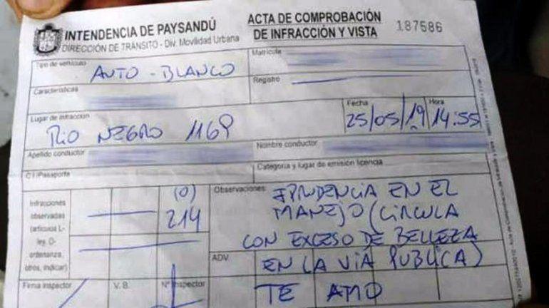 Polémico: multaron a una mujer por manejar con exceso de belleza