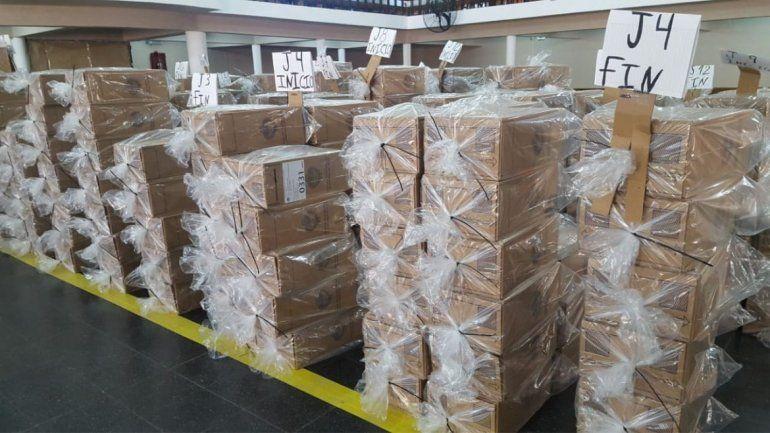 Casi mil personas trabajan en la distribución de las urnas que se usarán el domingo