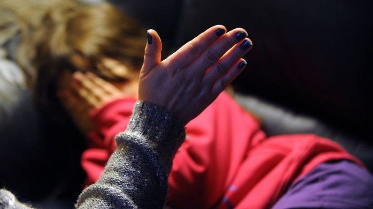 Indignante: una mujer golpea a su hija para vengarse del padre