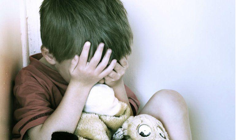 Una mujer ataba con precintos a su hijo de 8 años porque se portaba mal
