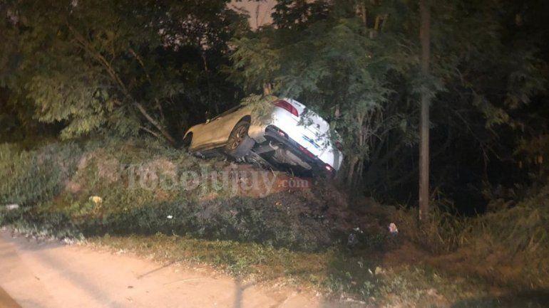 Por la poca luz en el lugar, un auto volcó en una rotonda de la Ruta 1