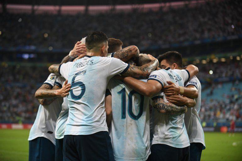 Con goles de Martínez y Agüero, Argentina le ganó a Qatar 2 a 0 y clasificó a cuartos de final
